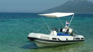 Schlauchboot mit Außenbordmotor und Trailer